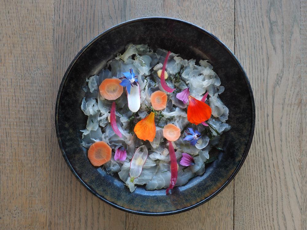 Carpaccio de lieu jaune, confit de citron, basilic , légumes croquants et marinés