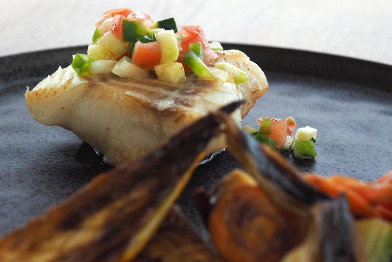 Poisson – de nos cotes – agrumes, câpres, anchois et mini légumes de Kergroadez